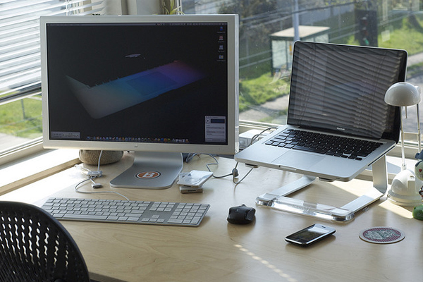 mac cinema display Inspirational Workspace: 60 Awesome Setups