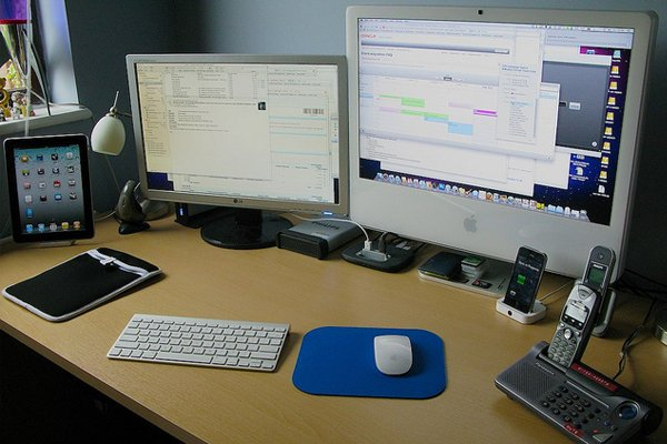 mac iphone ipad desk space Inspirational Workspace: 60 Awesome Setups