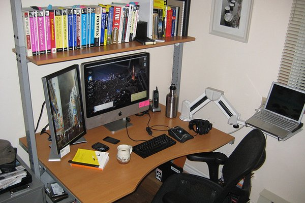 macintosh desk books Inspirational Workspace: 60 Awesome Setups