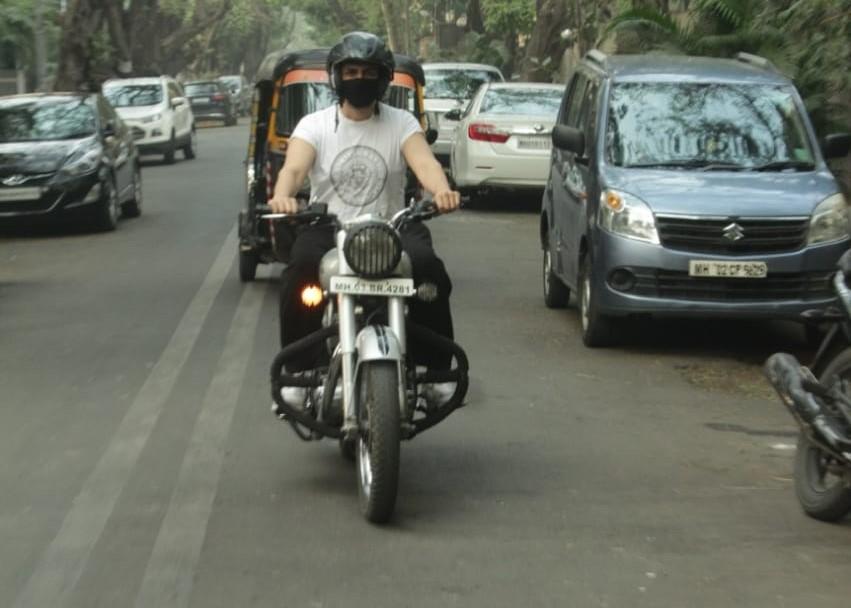 ctor Kartik Aaryan seen at Juhu in Mumbai
