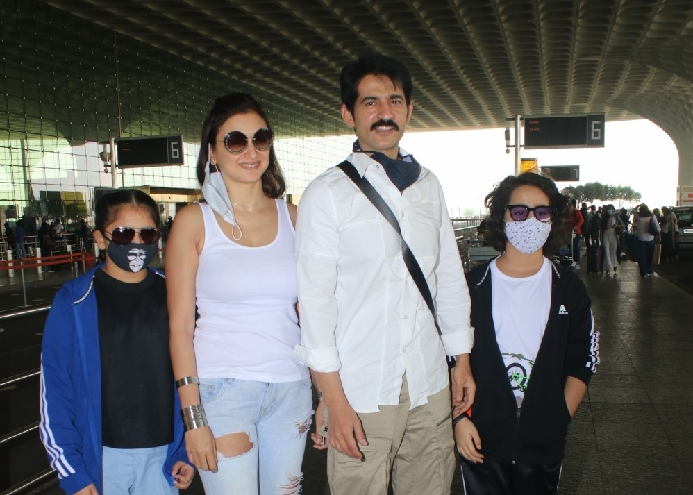 Hiten Tejwani with his family seen at Airport Departure