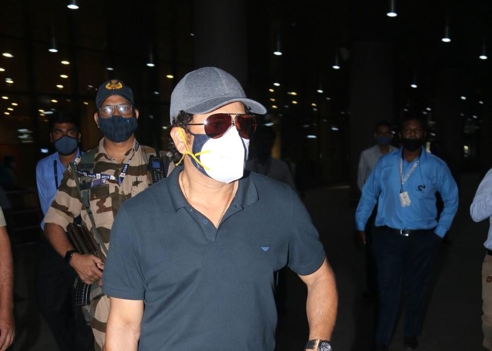 Sachin Tendulkar & Yuvraj Singh Spotted at Airport Arrival