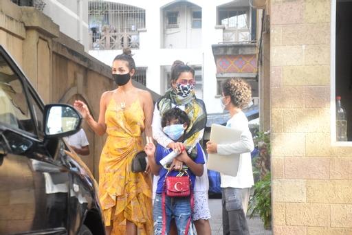 Arjun Kapoor & Malaika Arora spotted at Malaika Arora mother house in Bandra