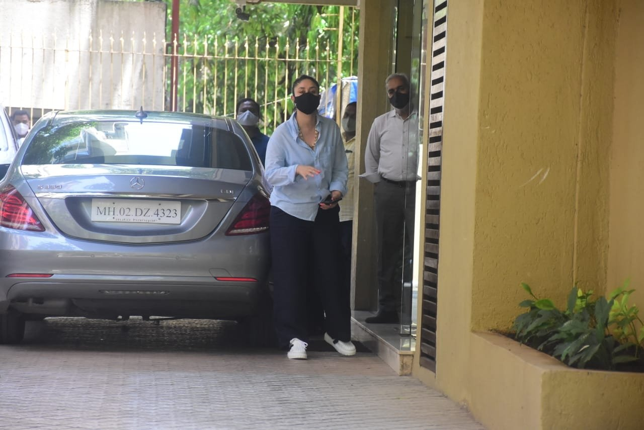 Kareena Kapoor Spotted At Sister Karishma Kapoor House In Bandra.