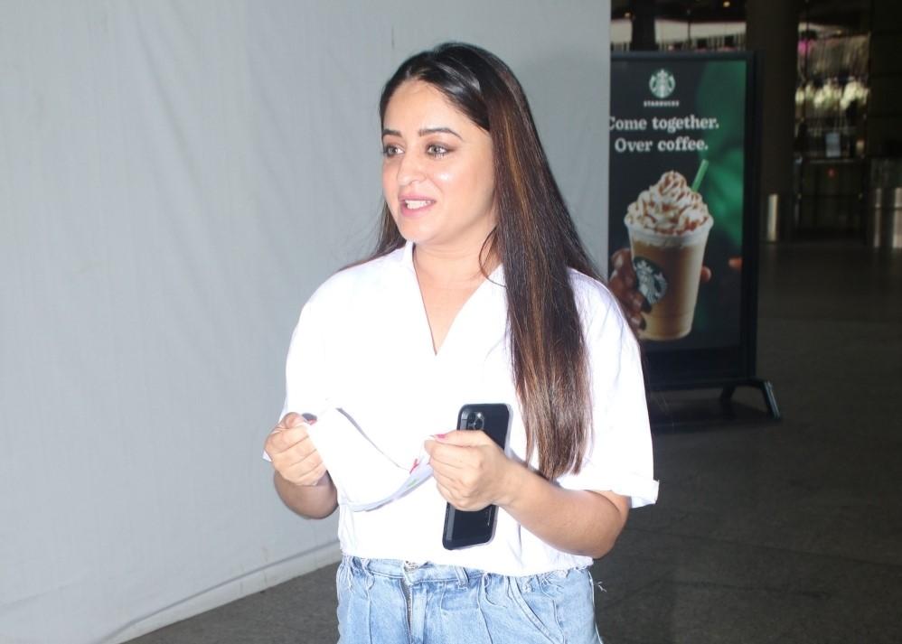Mahi vij Bhanushali spotted at airport arrival