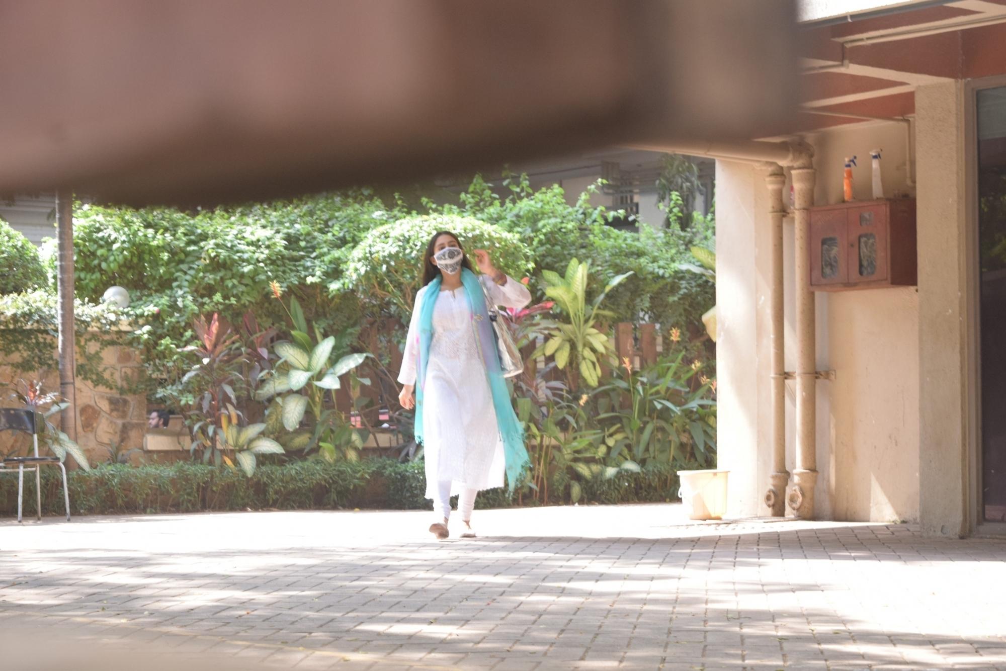 Sara ali khan spotted kareena Kapoor house in Bandra
