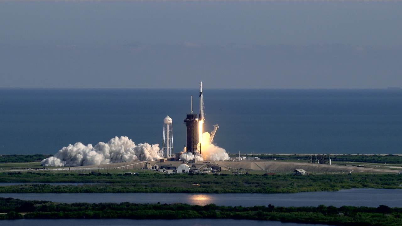 SpaceX wins $2.9bn NASA contract to build moon lander