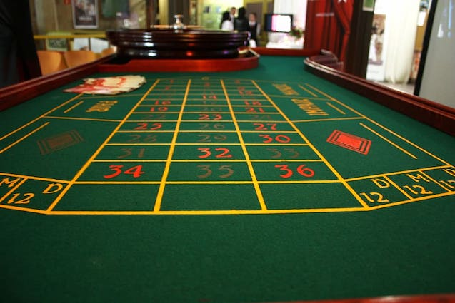 casino-roulette-table-the-dealer